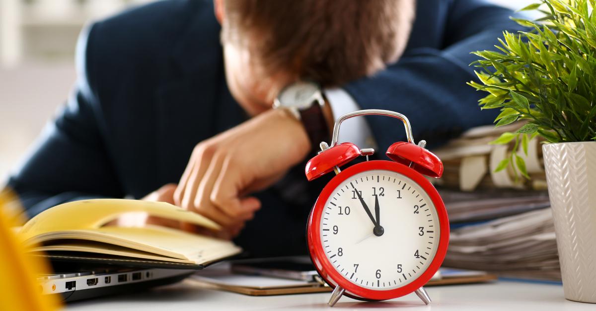 Όπως είναι αναμενόμενο, η υπερβολική εργασία προκαλεί συμπτώματα που οδηγούν σε πτώση της παραγωγικότητας ή της ποιότητας του παραγόμενου έργου, καθώς ο κουρασμένος ή άυπνος εργαζόμενος χάνει την ικανότητα συγκέντρωσης και γίνεται λιγότερο αποτελεσματικός.