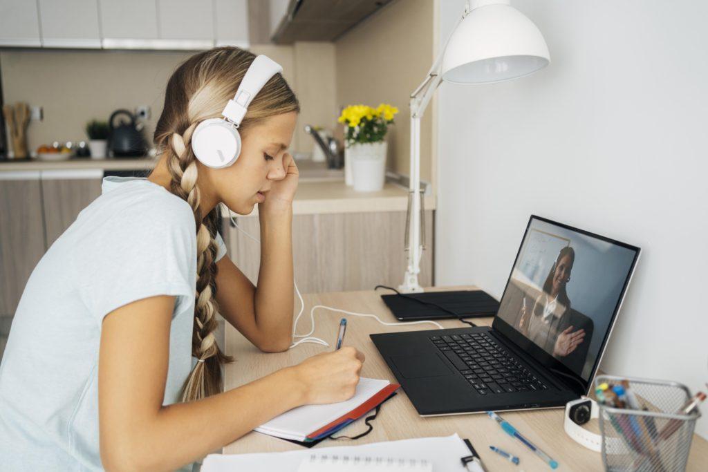 διαδικτυακά μαθήματα χωρίς φυσική παρουσία των μαθητών