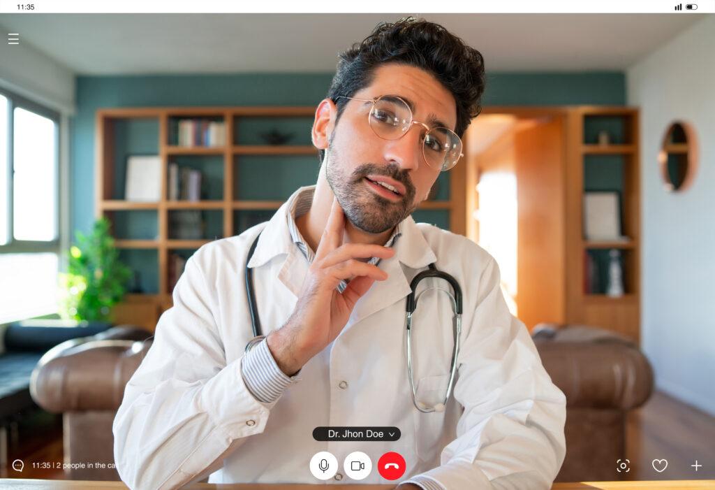 Ιατρός εξετάζει ασθενή μέσω της τηλεϊατρικής